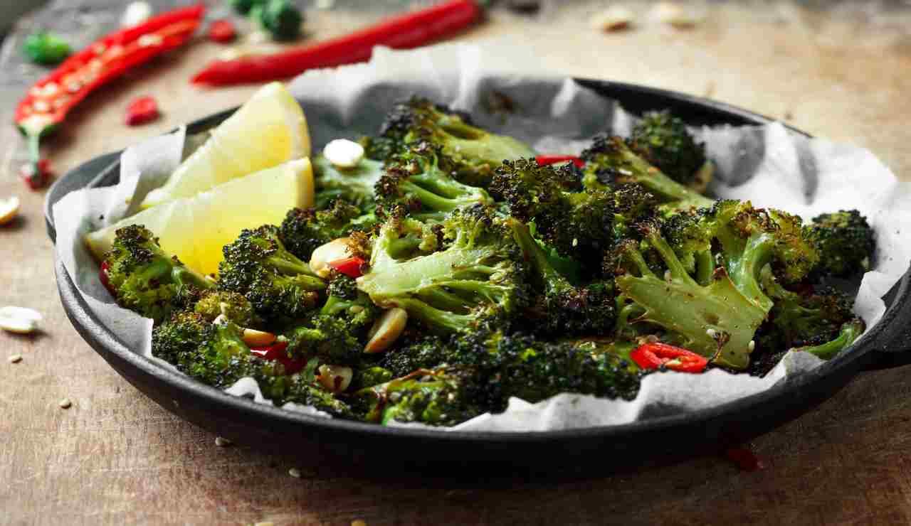 Broccoli con arachidi tostati e peperoncino   AdobeStock