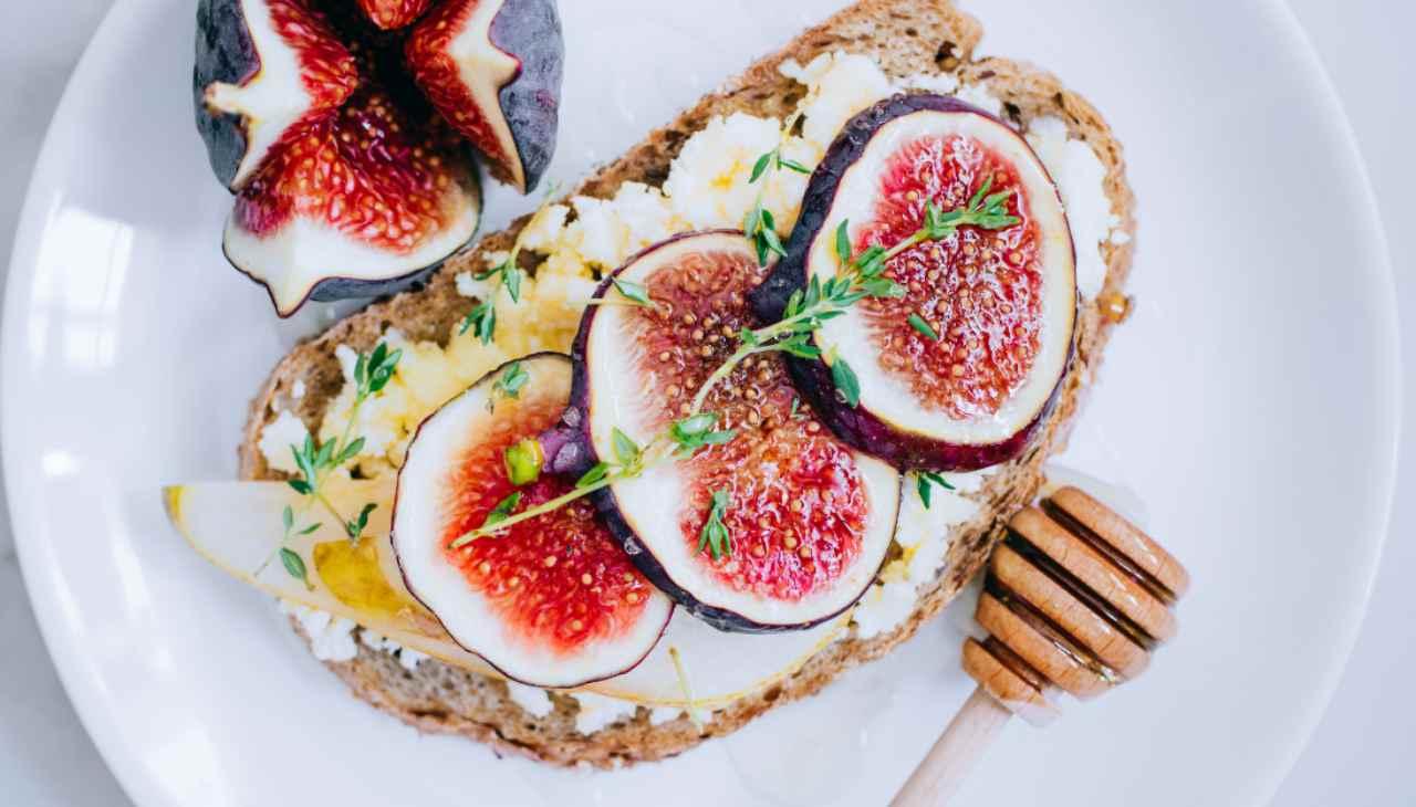 Pane tostato farcito con frutta di stagione e formaggio
