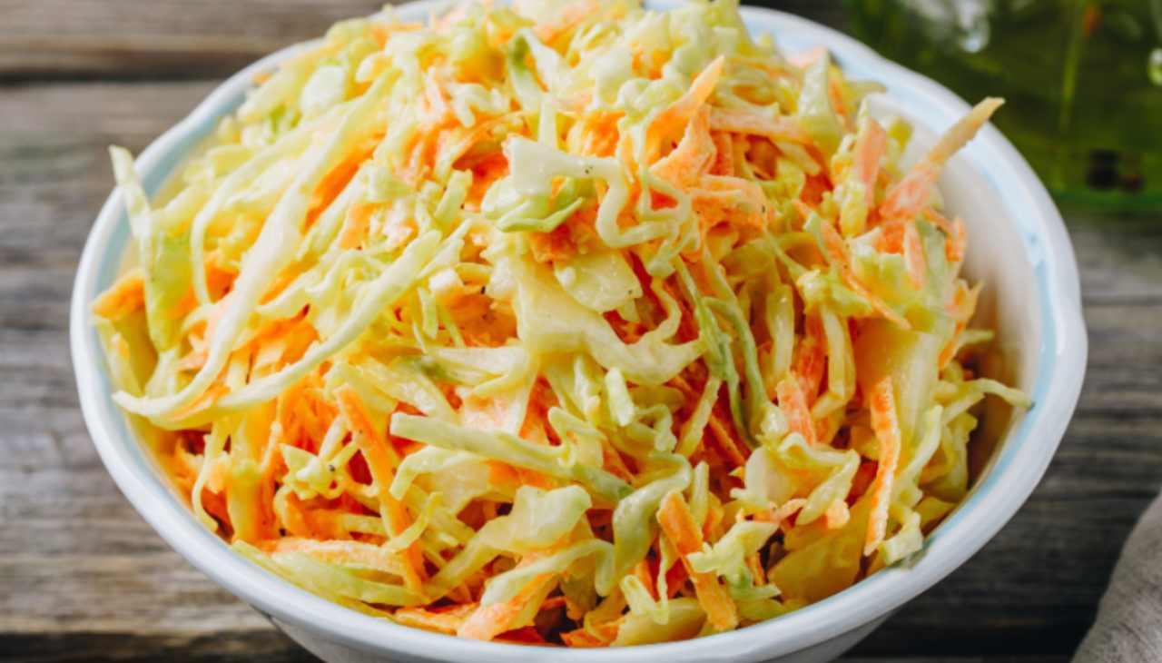 Insalata di cavolo con carote e maionese