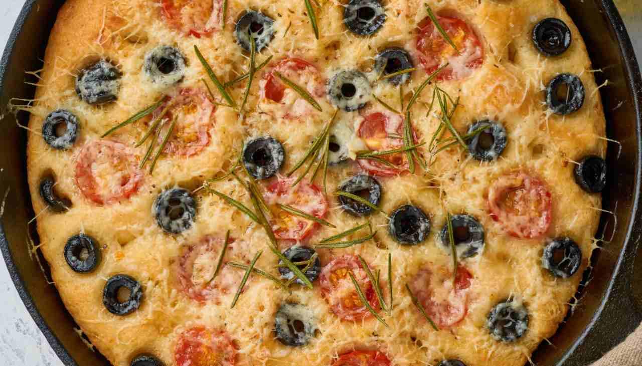Focaccia bassa con pomodori, olive e formaggio feta