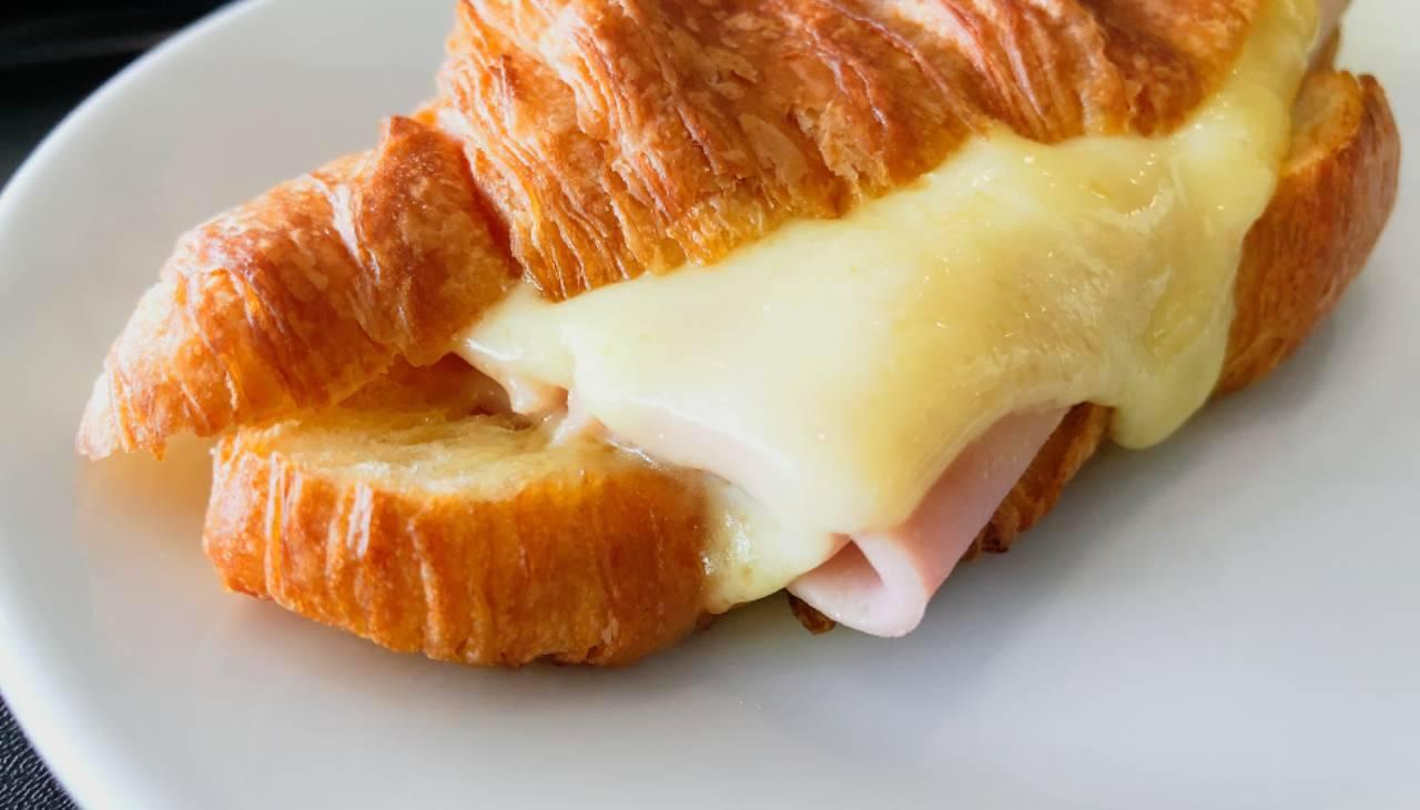 Brioche salata con affettato e formaggio