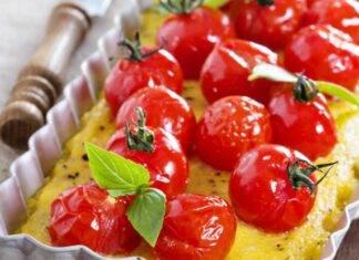 Finger food di polenta farcito e decorato con pomodorini