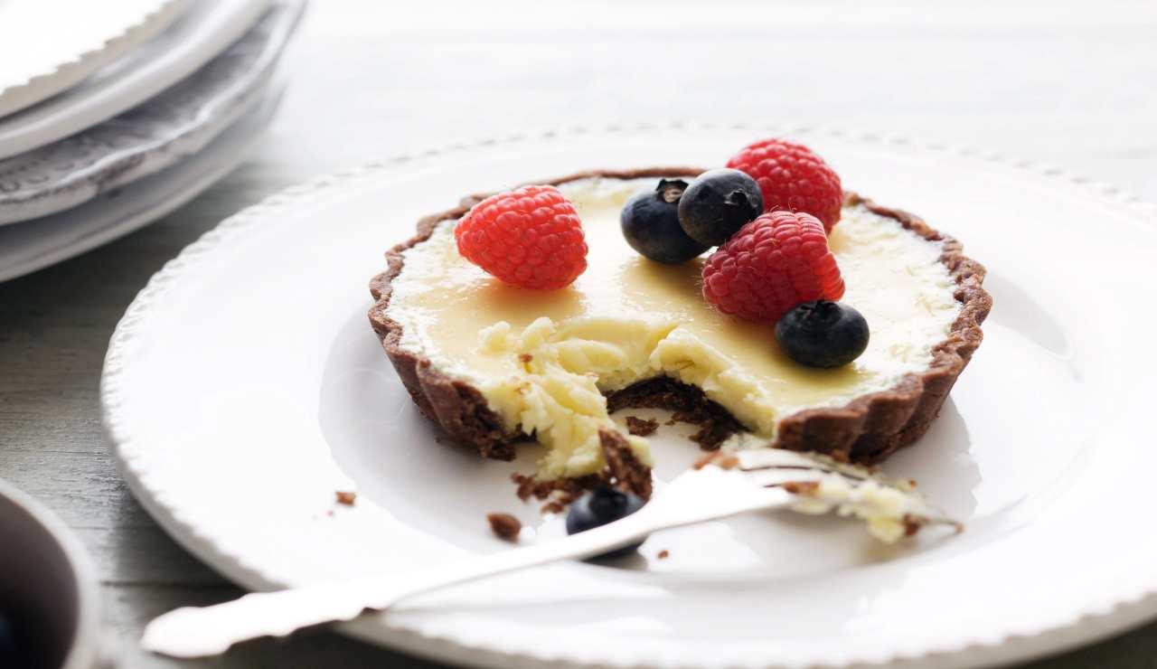 Crostatine al cacao con crema di cocco vaniglia e frutti di bosco
