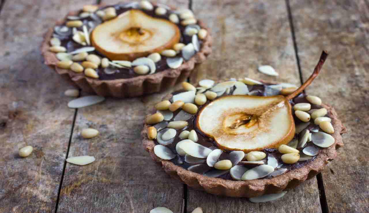 Crostatine al cioccolato con pere e pinoli   AdobeStock