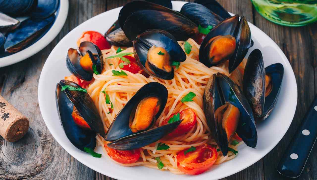 Spaghetti con pomodorini, cozze e tonno