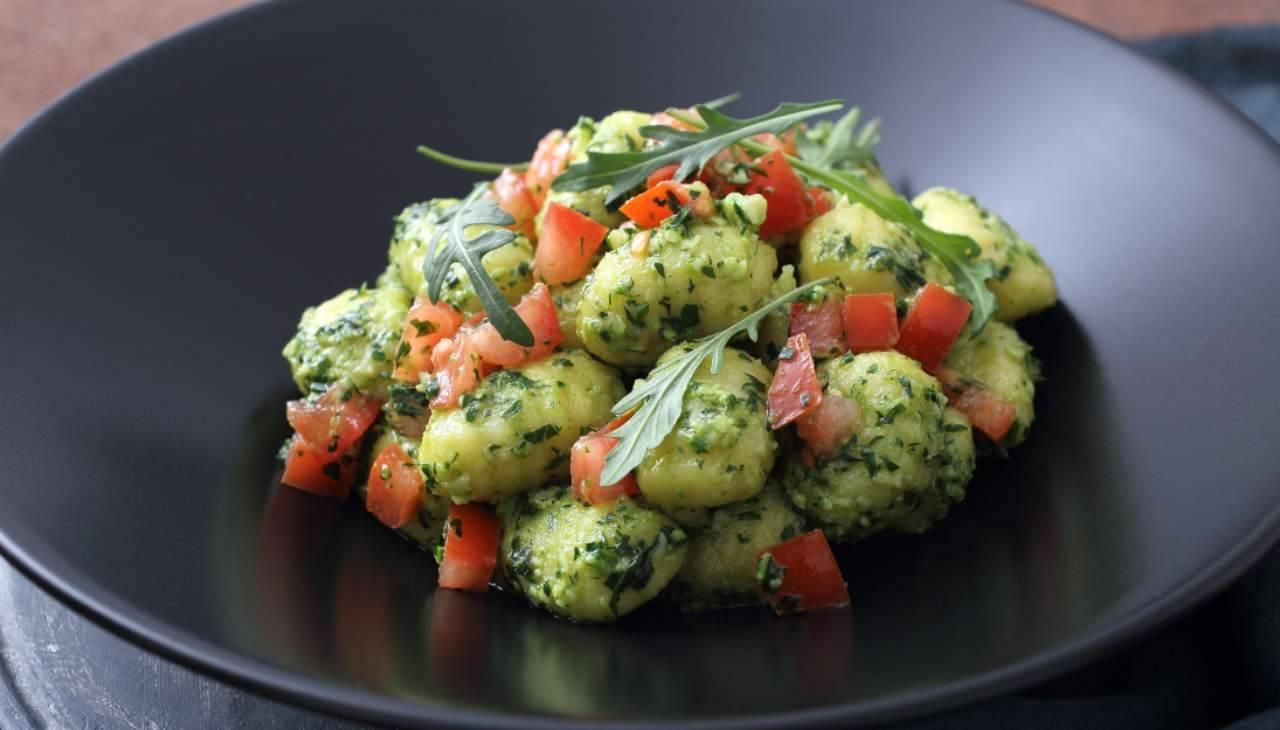 Primo di patate con ortaggi ed erbe aromatiche