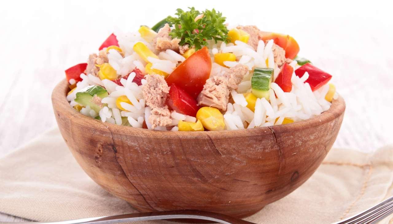 Insalata di riso con pesce e mais