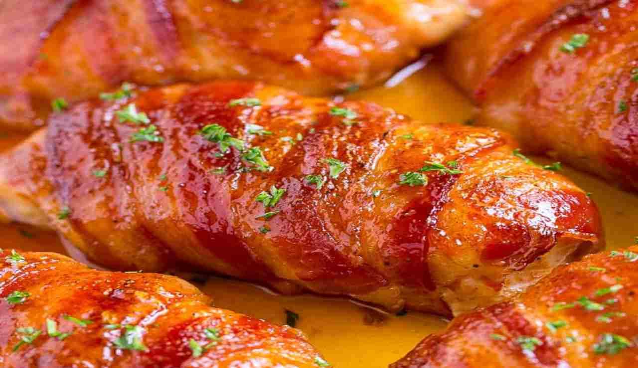 Involtini di pollo con bacon e zucchine al miele