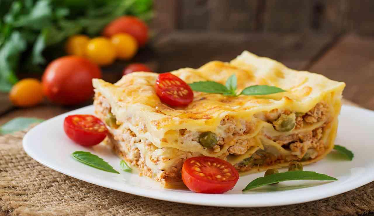 Lasagne con salsicce e piselli AdobeStock