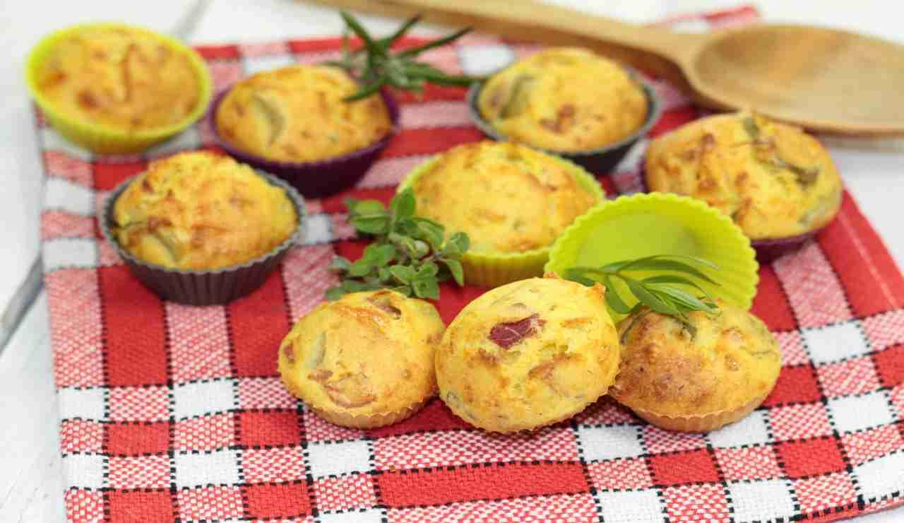 Muffin con asiago noci e speck   AdobeStock