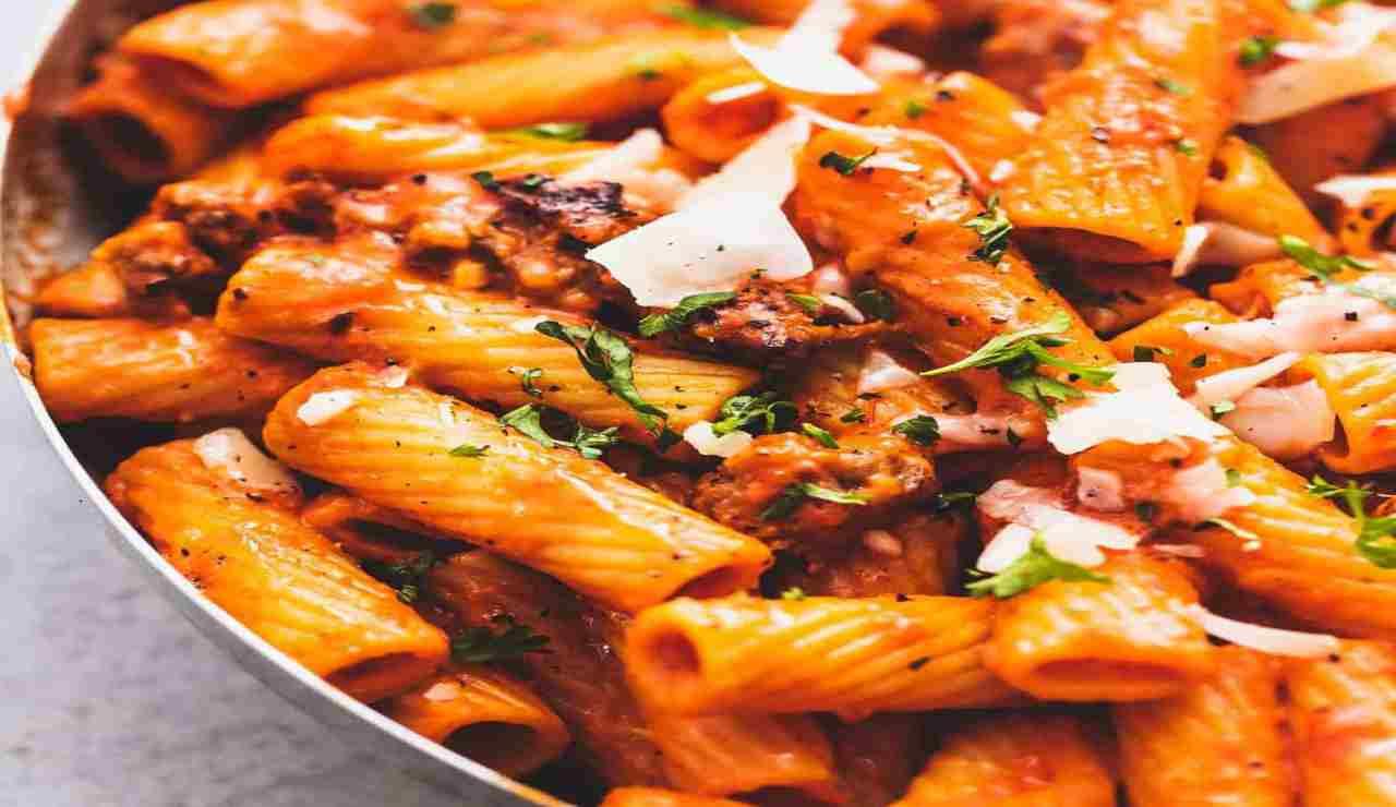 Pasta con crema di peperoni e salsiccia piccante