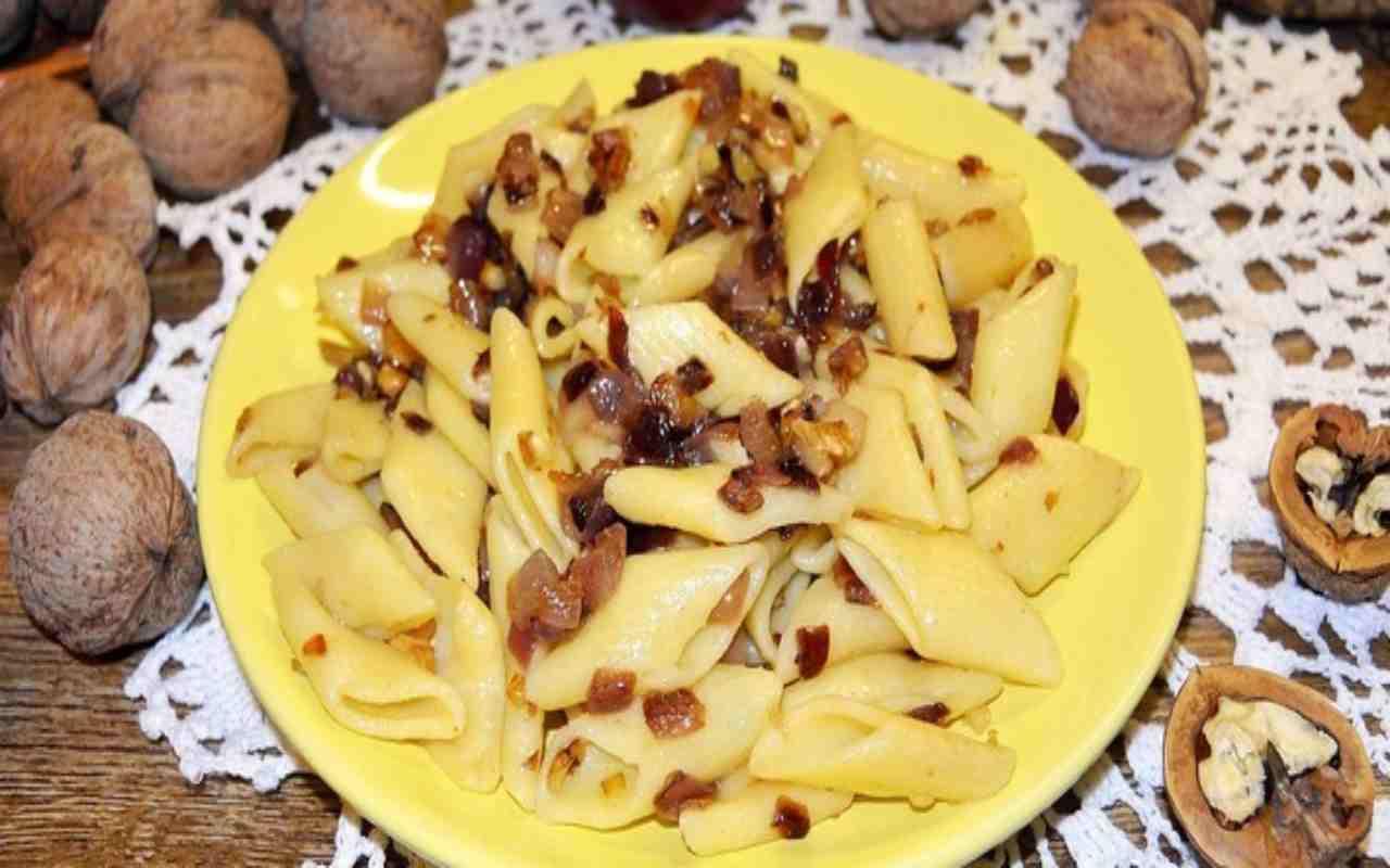 Pasta con noci e cipolle rosse FOTO dal web ricettasprint