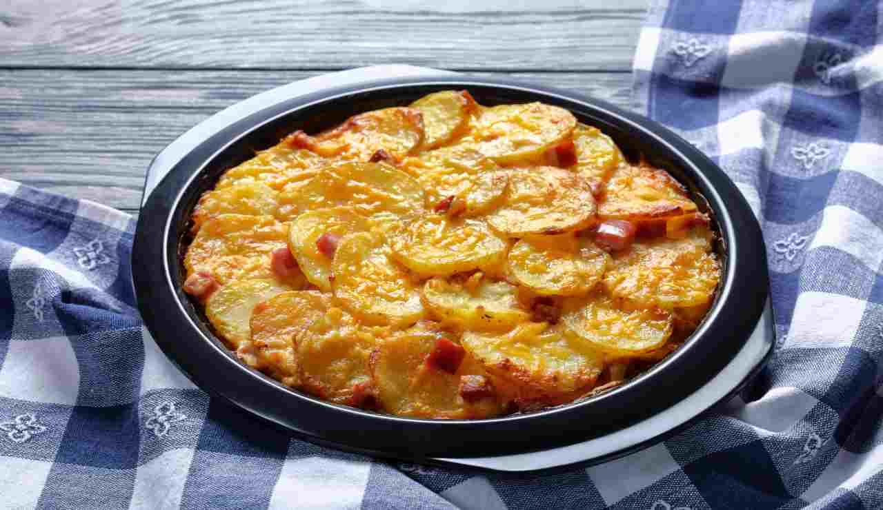Patate al forno con besciamella e pancetta croccante  AdobeStock