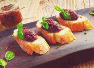 Condimento di ortaggi estivi con olive