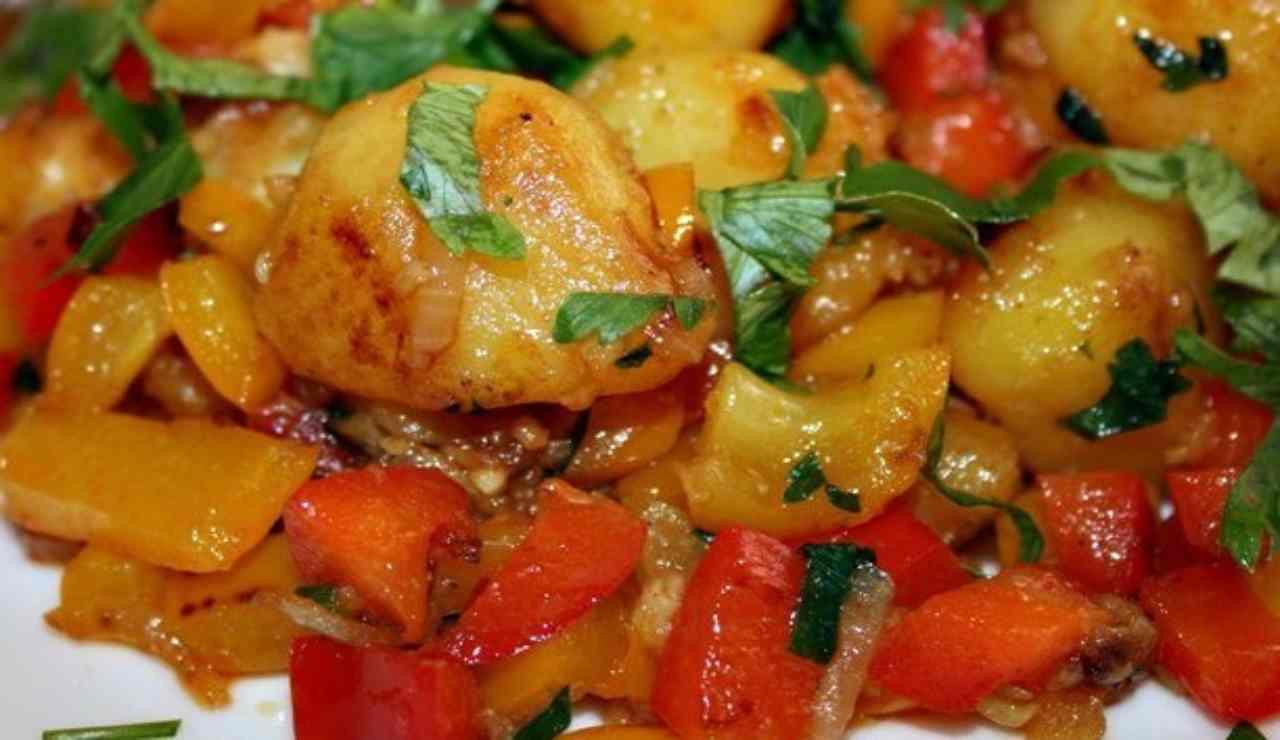 Peperoni e patate in padella alle erbette