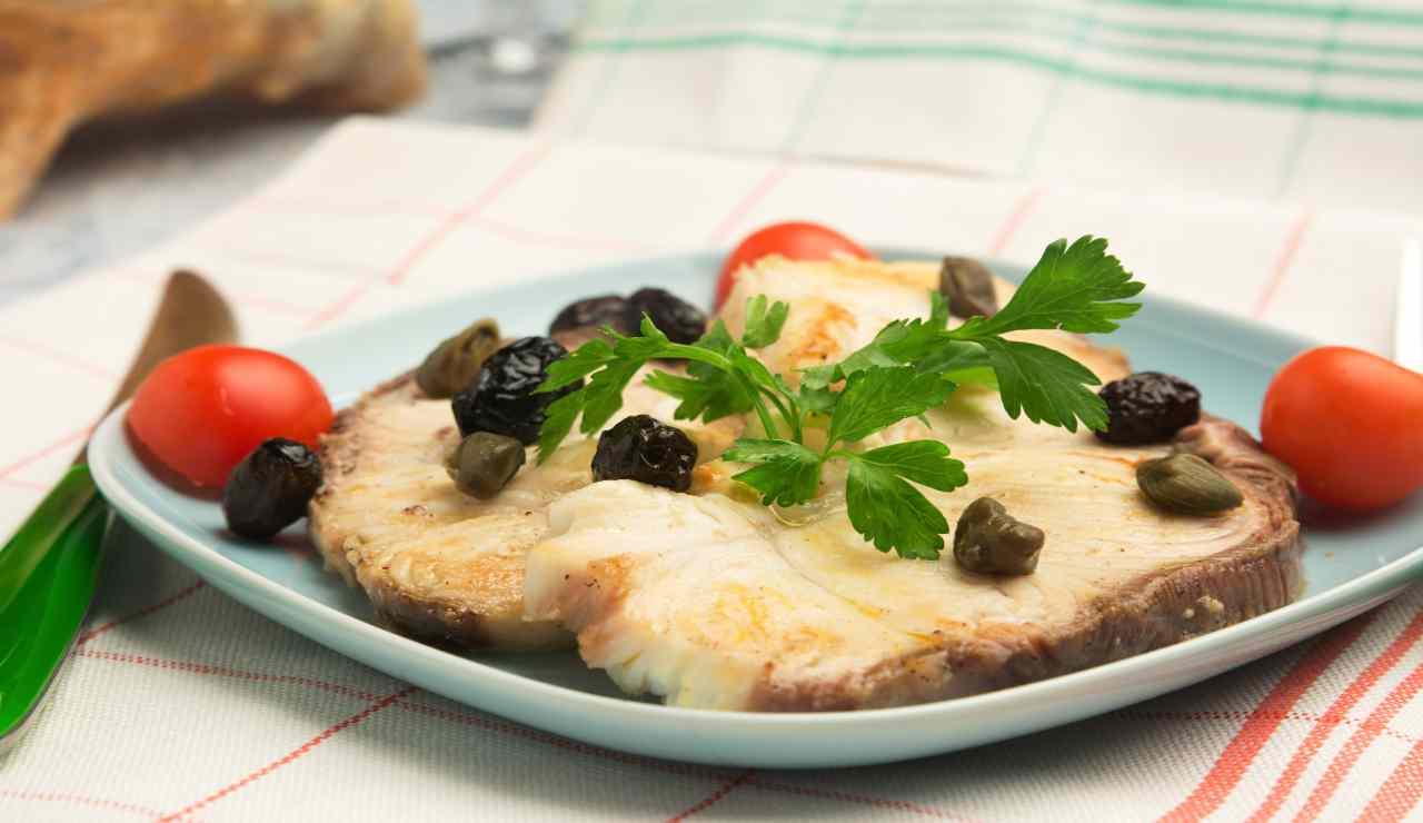 Pesce spada in padella con olive e capperi AdobeStock