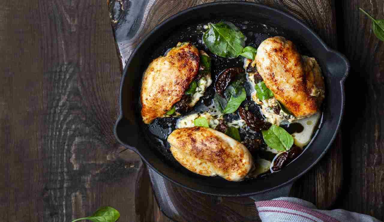 Pollo farcito con spinaci scamorza e pomodori secchi   AdobeStock