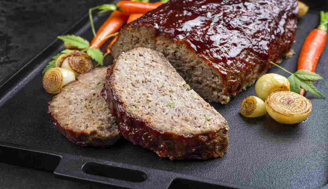 Polpettone di pollo e tacchino al forno in salsa barbecue  AdobeStock