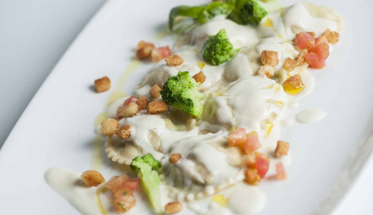 Ravioli fatti in casa con broccoli besciamella e salmone ricettasprint