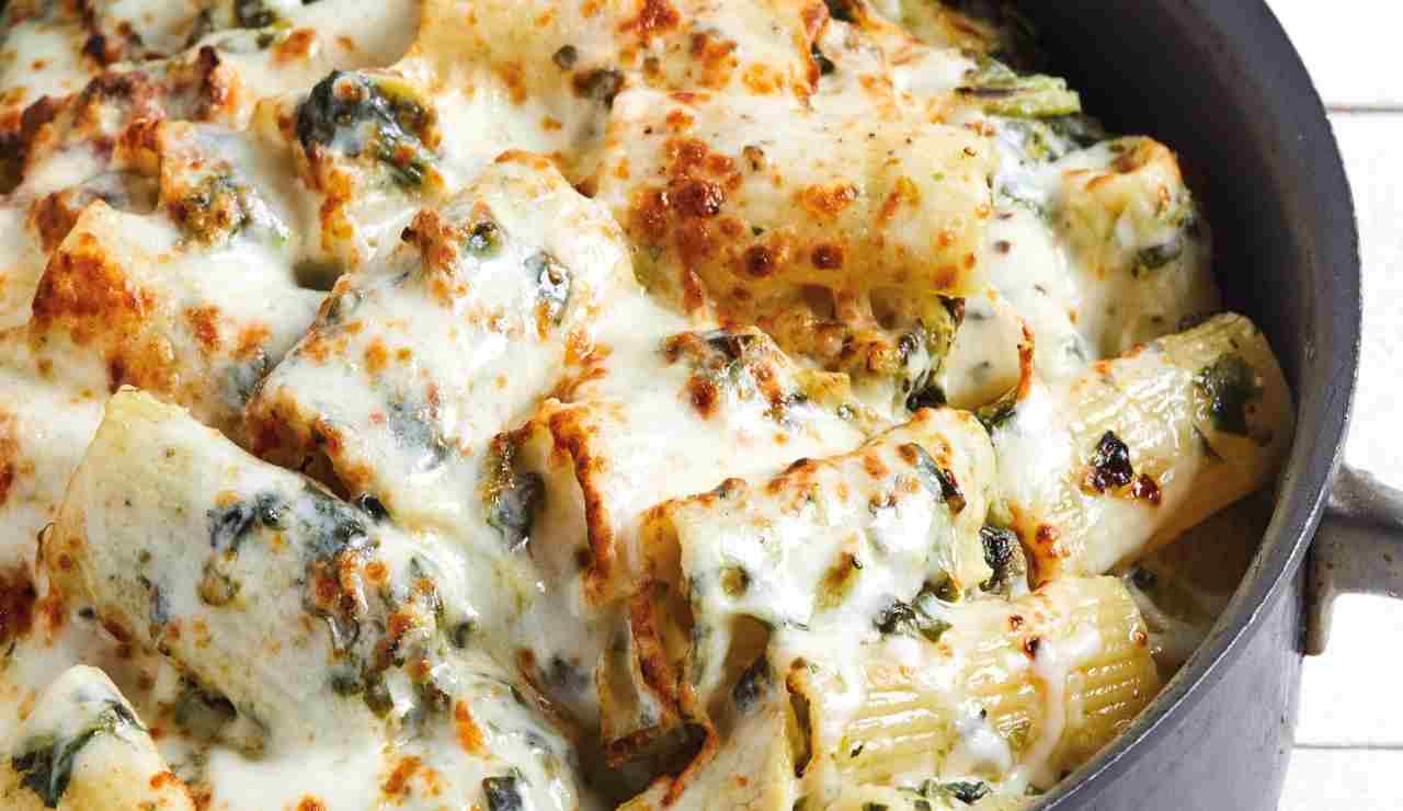 Rigatoni con carciofi e salsiccia al forno