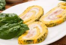 Frittata di uova e spinaci arrotolata su se stessa e farcita