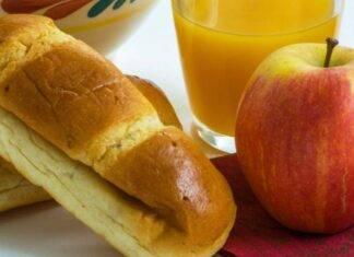 Panino morbido farcito e frutta
