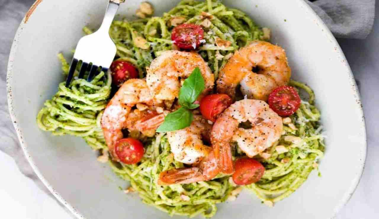 Spaghetti al pesto di asparagi e gamberetti