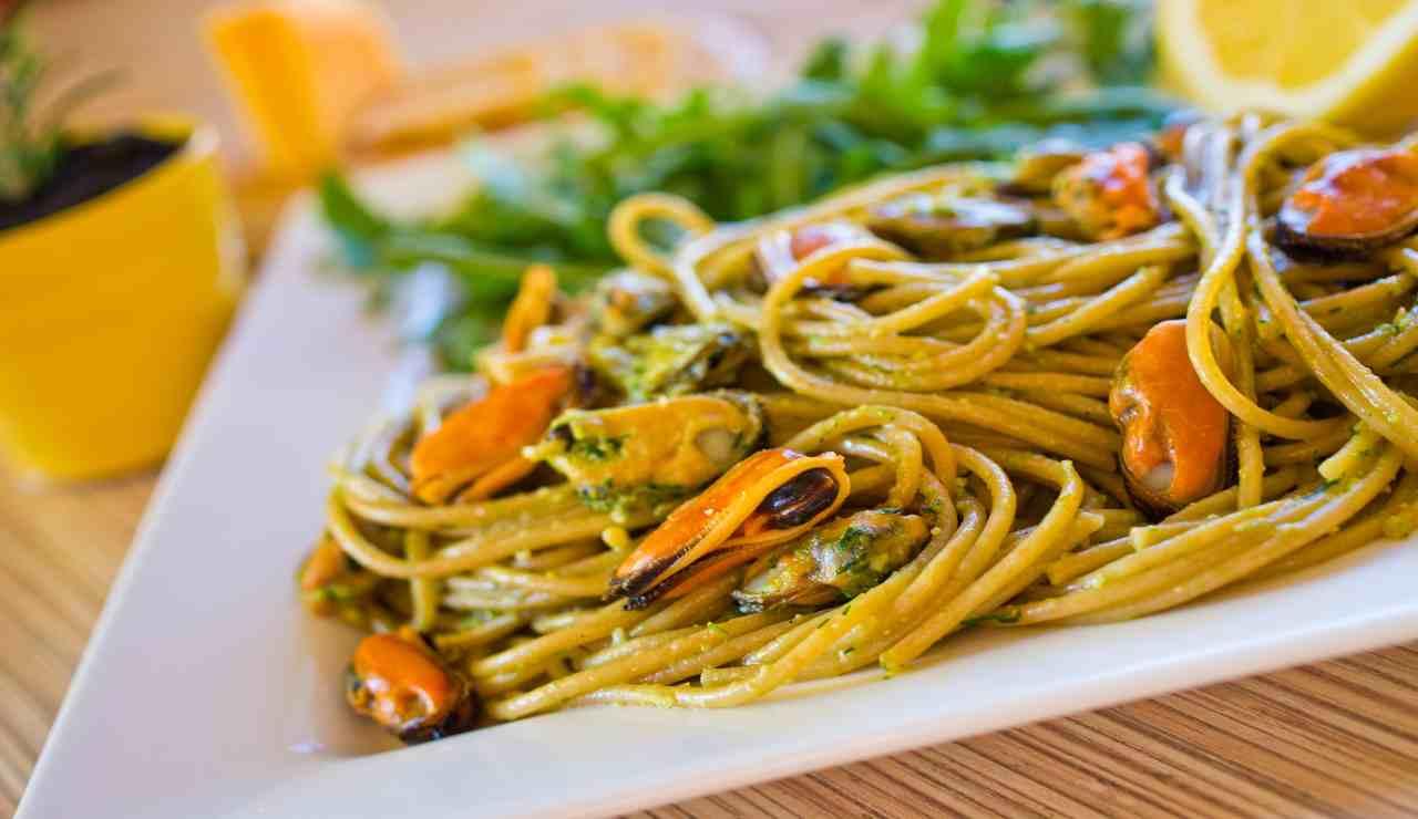 Spaghetti al pesto di pistacchi e frutti di mare