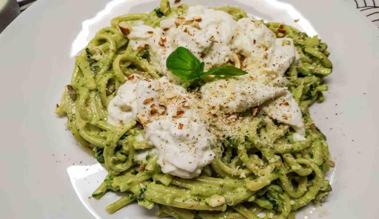 Spaghetti con crema broccoli ricotta e noci