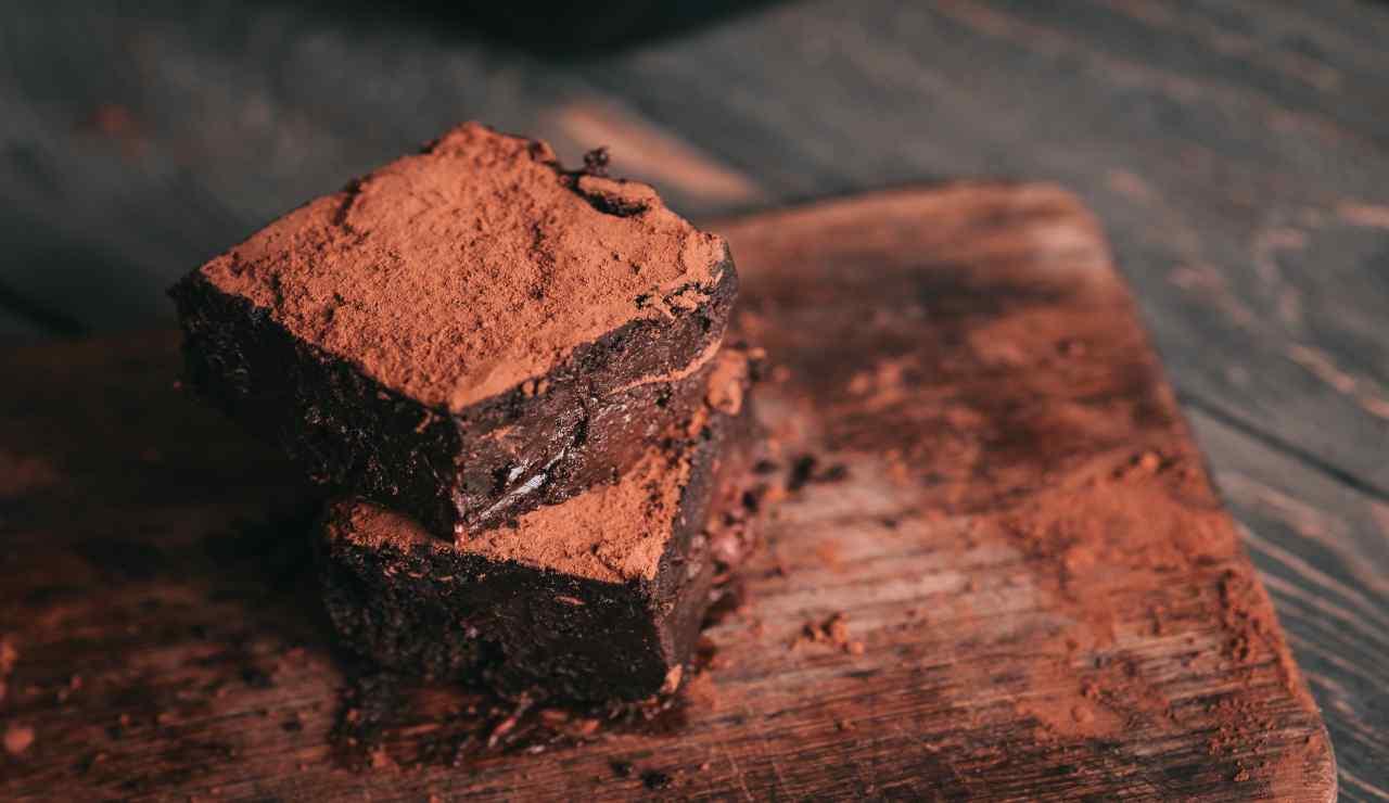 Torta al cacao con cuore morbido AdobeStock