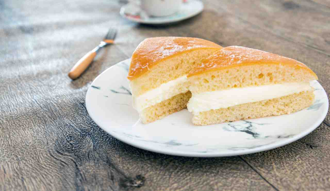 Torta brioche con crema chantilly AdobeStock