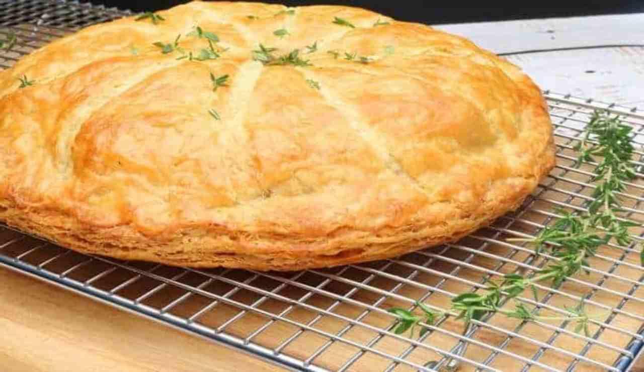 Torta sfogliata filante con pollo e cipolle