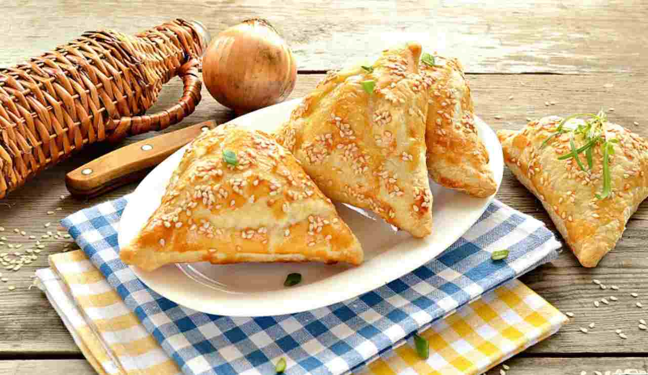 Triangoli sfogliati con mousse di pistacchi pinoli e mortadella