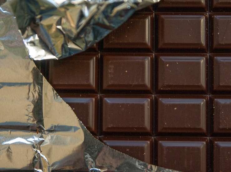 Frutta secca uno yogurt e quadratini di cioccolata fondente ricetta