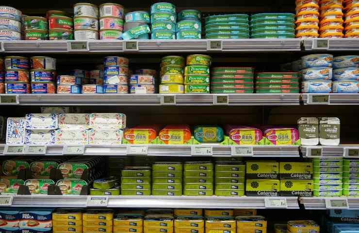 Tonno in scatola al supermercato