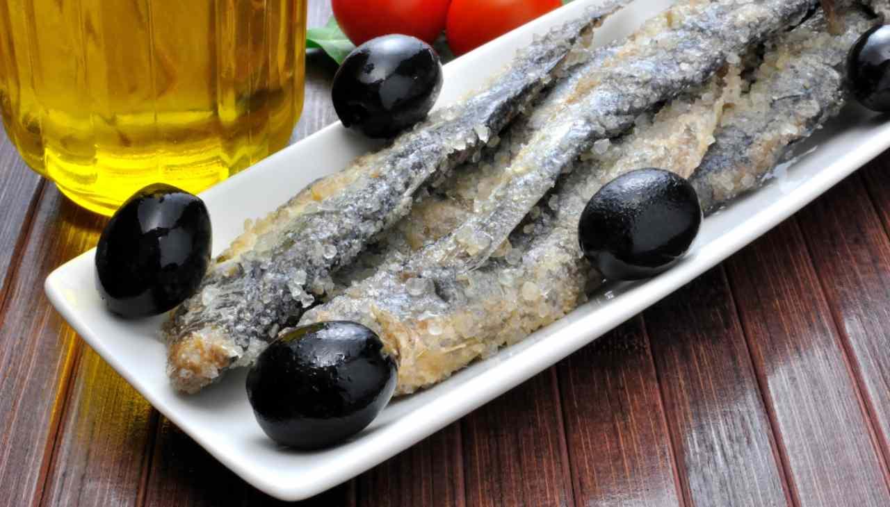Pescetti conservati nel sale