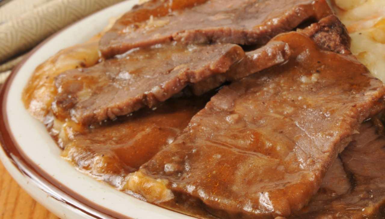 Carne cotta in padelle con ortaggi