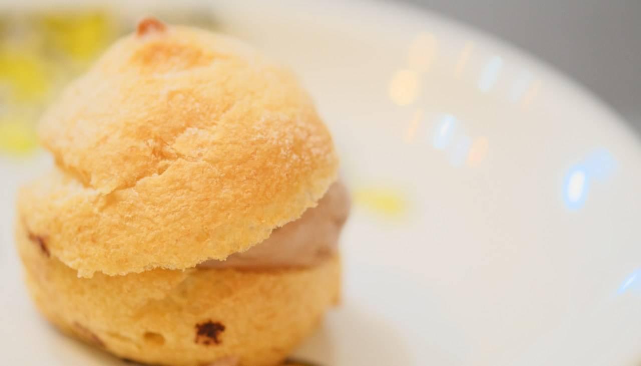 Stuzzichi di pasta choux con mousse al prosciutto