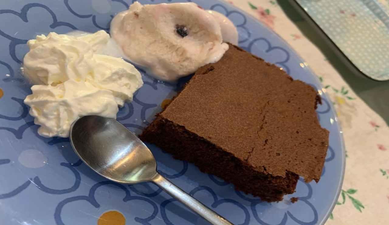Brownies al cioccolato e caffè con mousse al caffè e panna