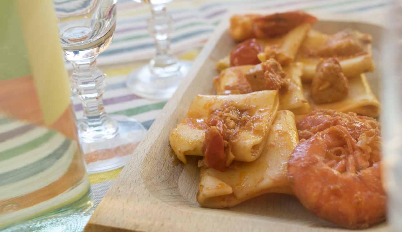 Calamarata piccante con mazzancolle  AdobeStock
