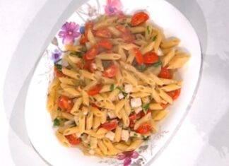 Primo di pasta con pomodori e pesce