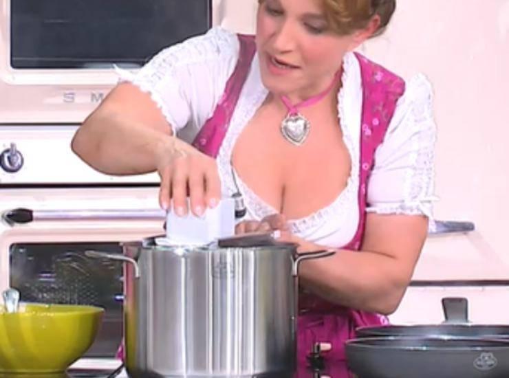 E' sempre Mezzogiorno | Ricetta della chef Barbara De Nigris | Spatzle con zucca e speck croccante