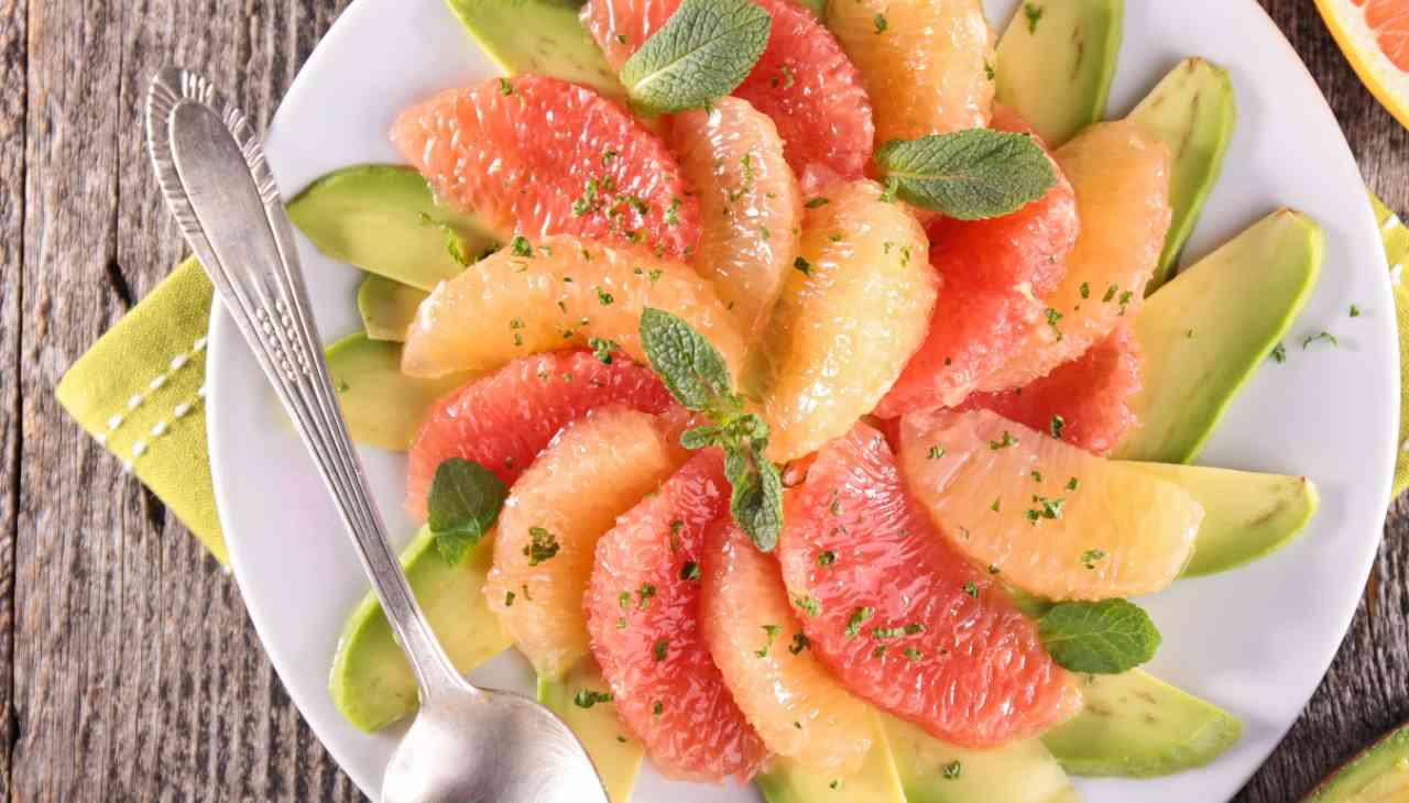 Mix di frutta a pezzi con erba aromatica