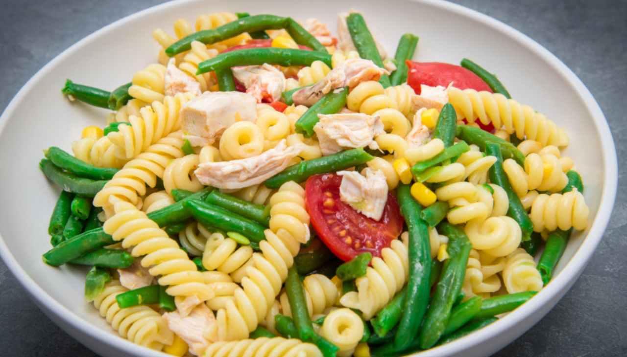 Piatto unico di pasta con carne e verdura