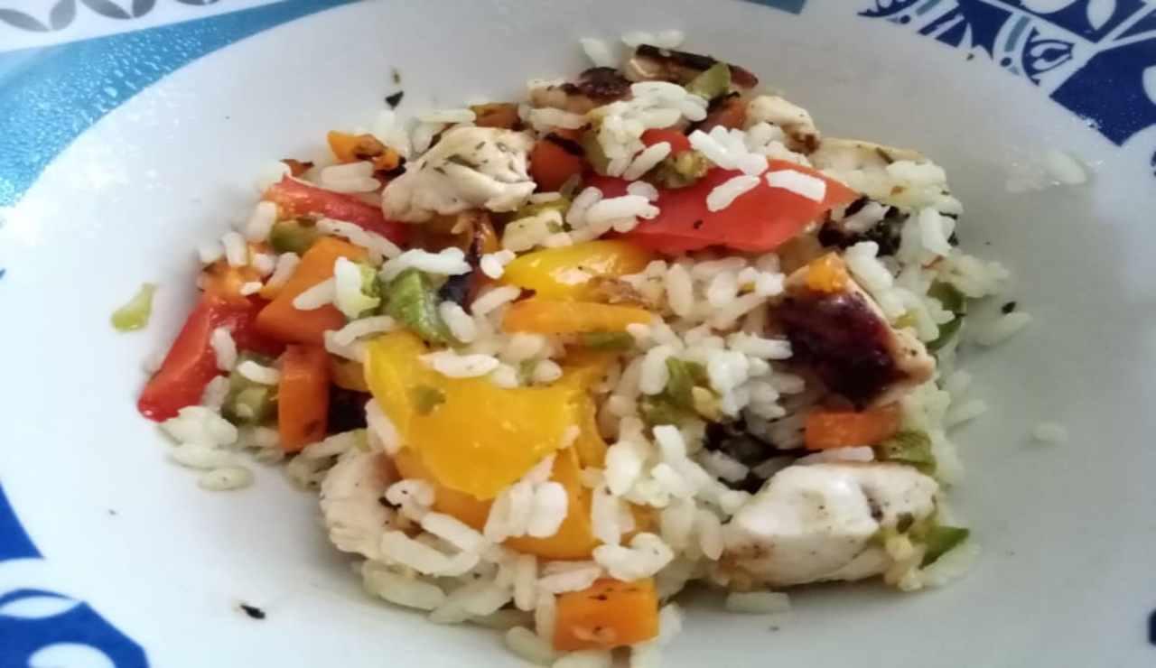 Insalata di riso con pollo e verdure in padella