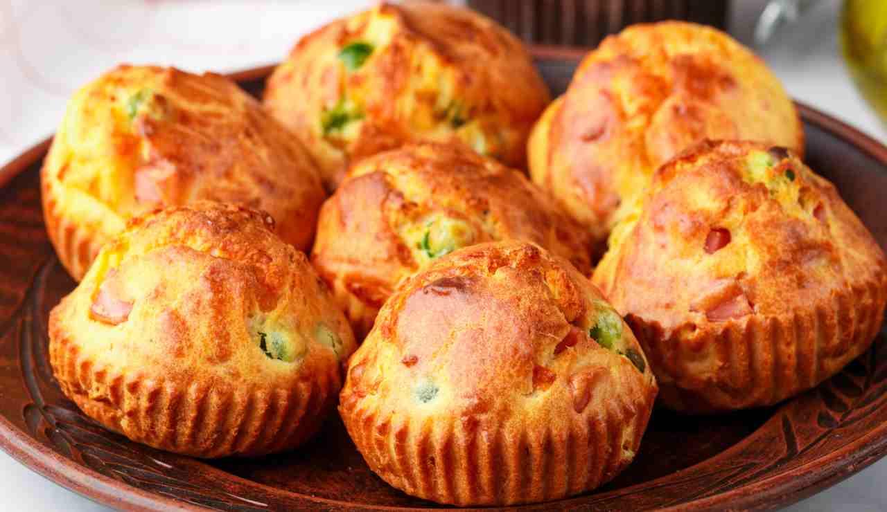 Muffin salati con gorgonzola piselli e cotto AdobeStock