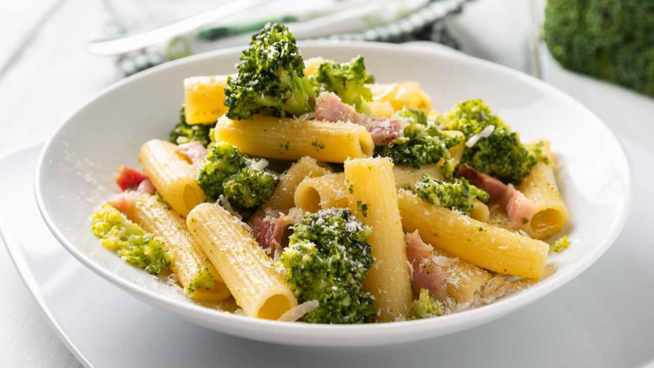 Pasta con broccoli speck