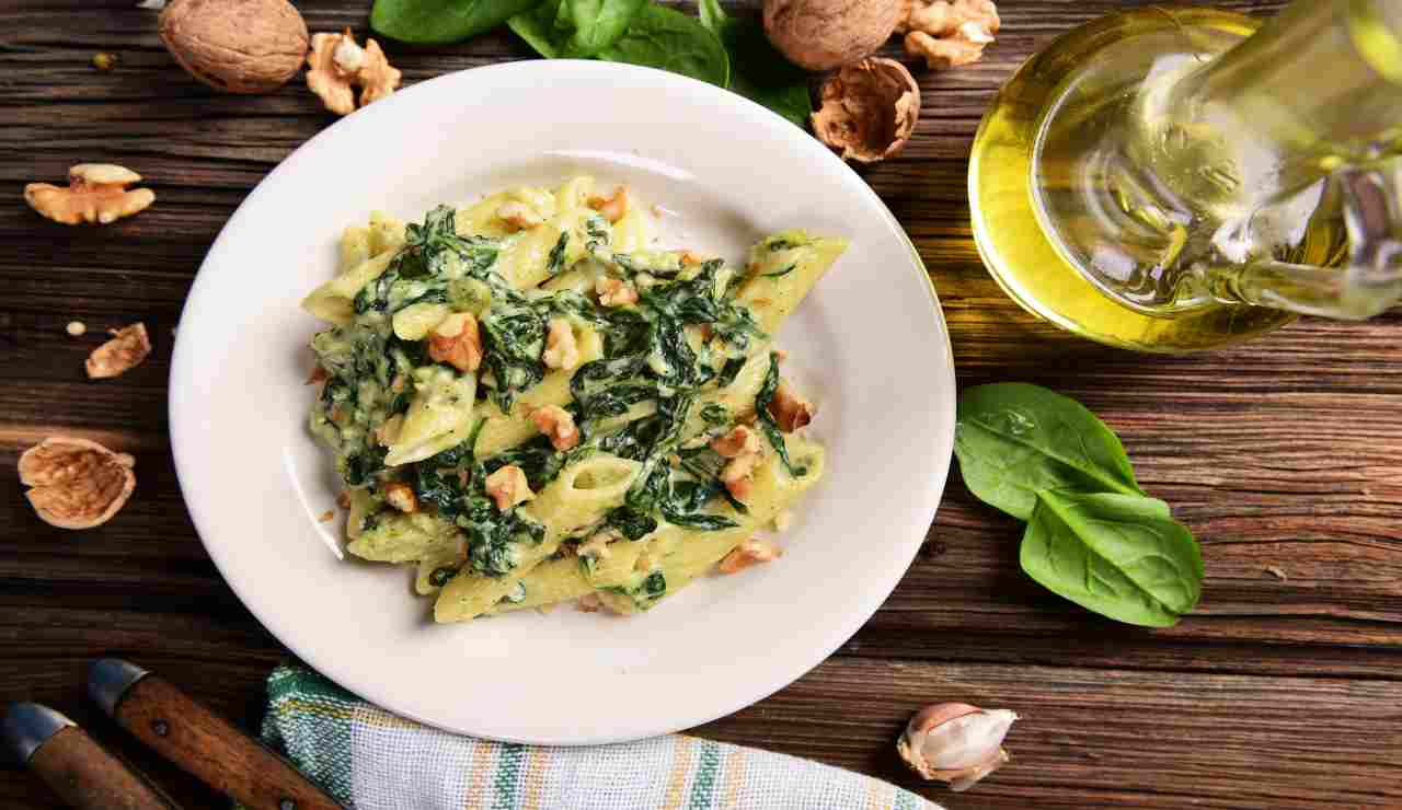 Pennette cremose con gorgonzola dolce e spinaci  AdobeStock