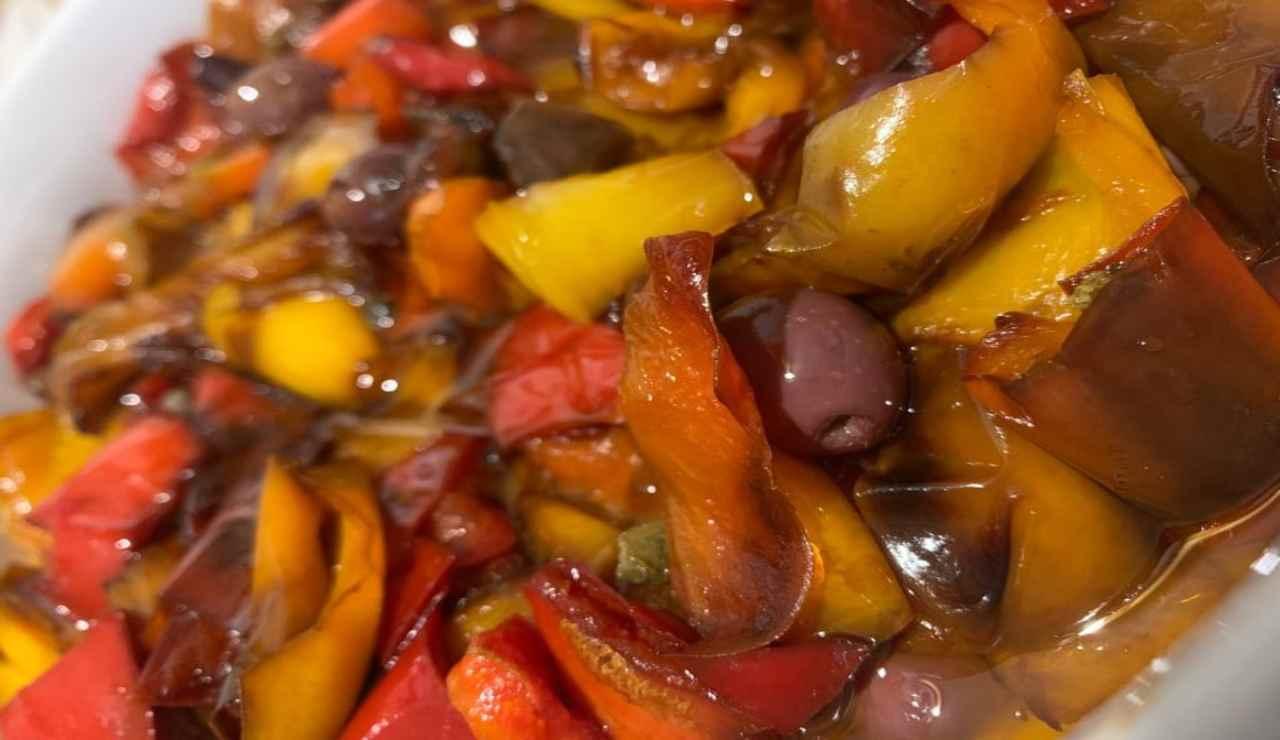 Peperoni fritti con capperi e olive nere