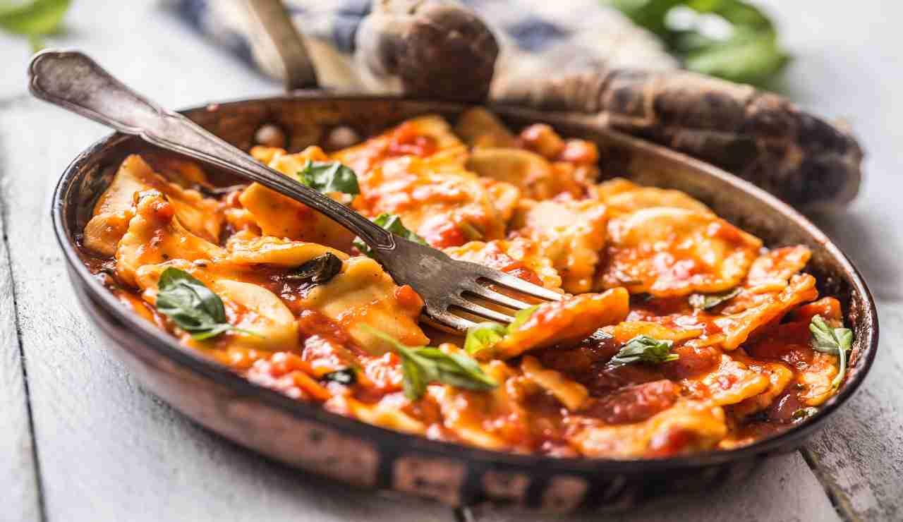 Ravioli al pomodoro ripieni di pistacchio e mortadella AdobeStock